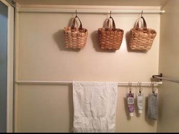 洗面台も小物が多くてごちゃごちゃしがち。ちょっとしたスペースも、突っ張り棒があればカゴをぶらさげて収納にできます。さらにS字フックなどをプラスすれば、歯磨き粉も吊るせて便利ですね。