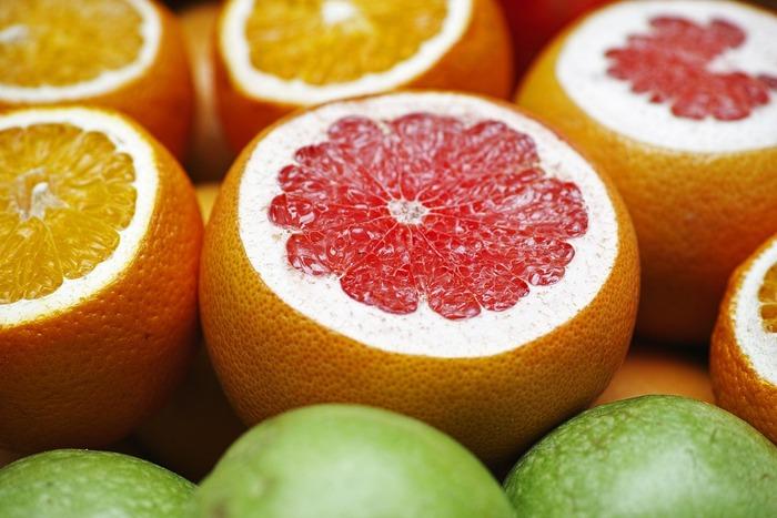 ダイエットの味方として有名なアロマがグレープフルーツ。グレープフルーツに含まれるヌートカトンという成分が、食欲を抑制すると言われています。ランチ前に嗅ぐと食欲がセーブされ食べすぎを防げます。また、グレープフルーツ精油の香りを嗅ぐことで午前中の疲れもリフレッシュされますし、「午後からまた頑張ろう!」と思えるのでオフィス内に常備しておいてもいいかも。