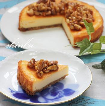 くるみ&アーモンドのトッピングがとても香ばしくて、チーズと良く合います。チーズのしっとりとした生地に、ナッツのカリカリした食感が楽しいアクセントに!紅茶やコーヒーには勿論、日本酒やワインなど、お酒と一緒に楽しみたくなるケーキです。