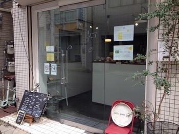 西元町駅から徒歩3分ほどのところに佇む「カフェ ヨムパン」。どこかノスタルジックな魅力が漂う、古民家を改装して作られたパン屋さんで、1階がショップ、 2、3階がカフェスペースになっています。