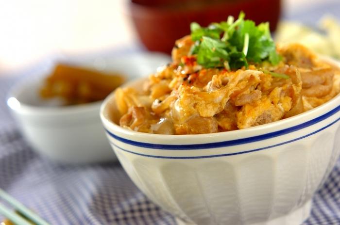 ふっくら鶏肉の「親子丼」は、みんなが大好きな甘じょっぱい味付け。最初に鶏肉に熱湯をかけて「霜降り」にしてから調味料に漬け込むのがポイントです。