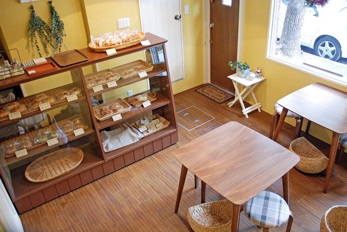 店内はこじんまりとしていますが、木のぬくもりと壁の色がやさしい雰囲気を演出しています。カフェメニューには、コーヒーや紅茶はもちろん、スープや野菜サラダ、ケーキが付いたベーグルランチのセットも。