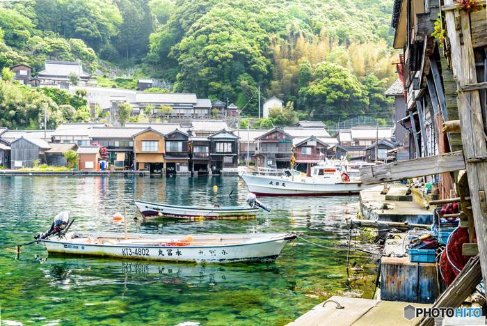 立ち並ぶ舟屋、静かな伊根湾、海に浮かぶ漁船が織りなし、伊根の舟屋では絵画のような景色が広がっています。素晴らしい眺望は訪れる人々を魅了してやまず、長い時間をかけて受け継がれた伝統を今日に残す伊根の舟屋群は、重要伝統的建造物群保存地区に指定されています。