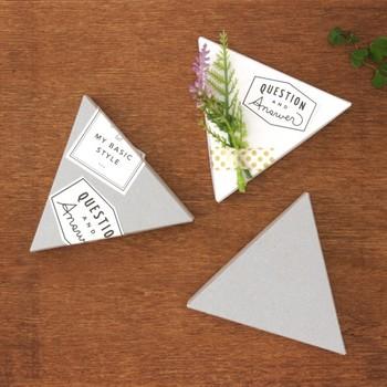 古紙配合のしっかりとした硬さの「三角ギフトボックス」。こんな三角形の箱に手作りスイーツを入れて渡すのも楽しいですね。シールなどで自由にデコレーションして、あなたらしさを表現してみても喜ばれそうです。
