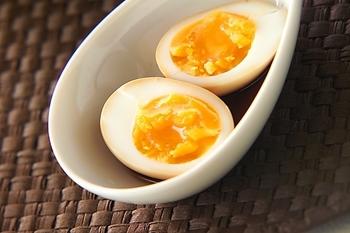 とろっとした半熟がたまらない「煮卵」。かつお節を使って作るので、長くつけても旨味が続いてクドくなりません。