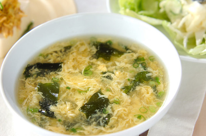 ふわふわのたまごがおいしい「ふわっと卵スープ」。本格的なのに15分で完成します。たまごをキレイにふわっとするコツは必見です。