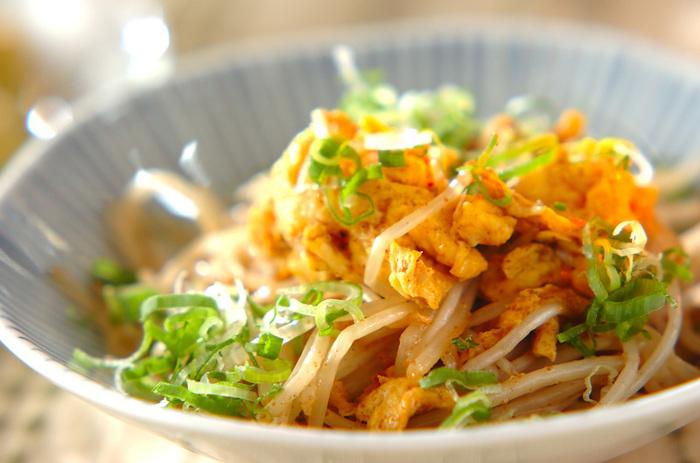 マヨネーズとニンニクで炒めたシャキシャキもやしと、半熟たまごがおいしい「モヤシと卵のマヨ炒め」。コクがあって風味豊かな1品です。