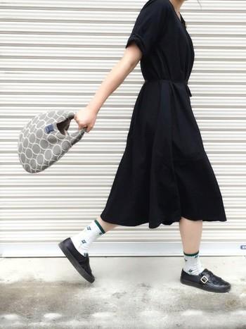 UNIQLOの黒ワンピースにバッグとソックスのアクセントがキュートなコーディネート。キチンと感のあるシューズにソックスを合わせたことで、大人かわいい黒コーデになっています。