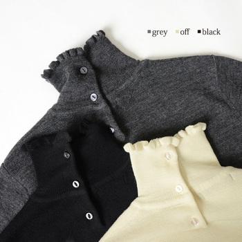 また、冷え対策だけに偏らず、デザインにこだわると着る時の楽しさが増しますよ。こちらのタートルネックは、後ろにボタンが付いているデザイン。首元のフリルも可愛いですね☆