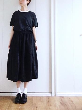 GUの黒Tシャツはスポーティーになりがちですが、ひざ下丈のスカートとちょっぴりカチッとしたシューズを合わせて大人のスタイリングに。白ソックスの差し色がまぶしいコーディネートです。