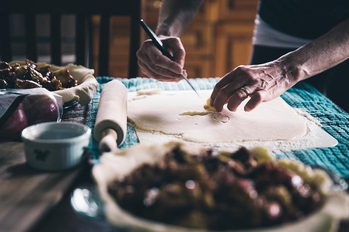 《作り方》 1.パン生地の材料をレンジにかけながらまとめ、冷凍パイシートを包み込んで長方形に伸ばしては3つ折りに。これを2~3回繰り返します。  2.生地を分割し、ぐるりと巻いてマフィン型などに。発酵後、180℃のオーブンで20分程度焼きます。冷凍パイシートはバターもたっぷりなので、クラフィンを再現するのにぴったりですね。