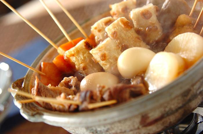 名物おでんといえば、静岡おでん。真っ黒な煮汁と串に刺さった具材の数々が特徴的です。また、青のりや味噌、魚粉などをかけて食べるのが静岡流。作り方は基本的に変わらないので、家庭でも作りやすいですよ。
