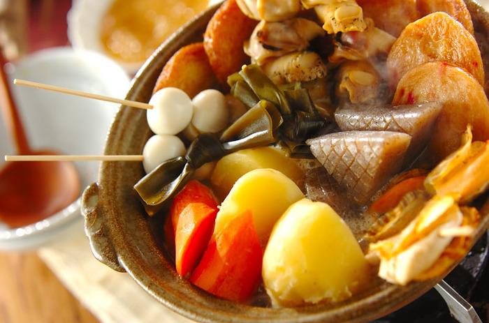 青森おでんは、ショウガみそをつけて頂きます。雪国らしく、身体がぽかぽか温まるようなおでんです。出汁は煮干しのものを使ったり、ツブガイを具材にするのも特徴的ですね。