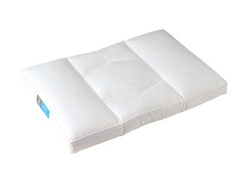 羽毛の枕はふんわりとした弾力が魅力的。適度に頭を受け止め、柔らかく支えてくれます。 こちらの枕は立体縫製なので、羽毛の偏りも気にせず使えるでしょう。  ※羽毛なのでアレルギーがある方は避けた方が良い場合もあります。