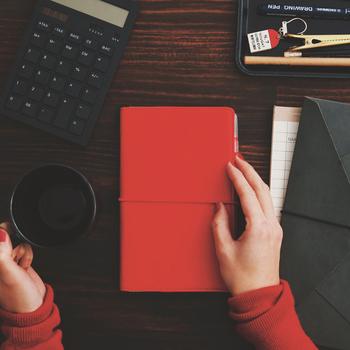 そのために、寝る前やコーヒータイムなどのすきま時間に、毎日手帳を開いて書き込むことを習慣化しましょう。自分の目標が視覚化されることでより実現しようとする意識が働き、その目標が達成されたイメージも抱きやすいので、幸運を引き寄せることができます。