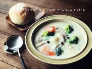あったまるシチューを入れたスープジャーにパンをつけながらランチをいただきたいです。野菜も季節に応じてアレンジしながらたっぷりいただけます。