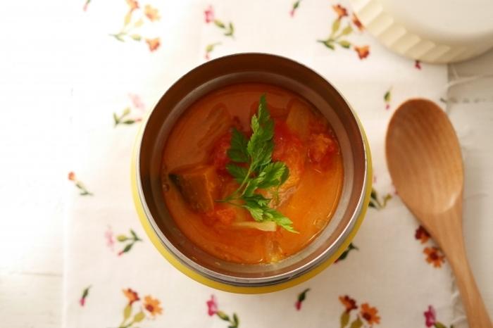 電子レンジでスープを作ったら、パスタを入れて蓋をするだけ! パスタはお昼には柔らかくなっているので、茹でなくてOK。