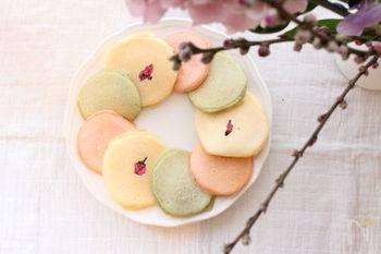 パンケーキも桃色と緑にするとひな祭りの雰囲気に。焼くときは蓋をすることが綺麗な色に仕上げるコツ。ふんわりとした優しい色合いが可愛らしいですね♪
