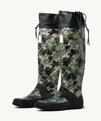ソールも筒部分も柔らかく歩きやすい設計で雨の日、雪の日とオールシーズン使えます。写真のカモフラージュ柄は足元のアクセントとしてもおしゃれなデザインですね。