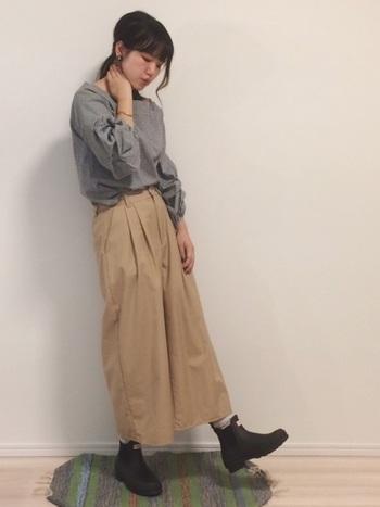 ショート丈のチェルシーブーツはロングスカートやワイドパンツとの相性もぴったり。脱ぎ履きがしやすいので普段使いしやすいですよ。