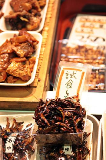 【佃煮は、味の好みがはっきり出る食品です。甘味や塩味の加減は店それぞれ。出来る限り試食して、好みのものを探しましょう。(画像は、京都ならではの「稚鮎の佃煮」。)】