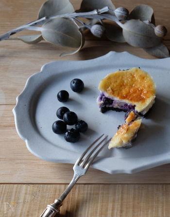 ひと口サイズが食べやすいミニサイズのブルーベリーチーズケーキ。マフィン型を使うことで、片手でも食べられるサイズに。鮮やかなブルーベリーの紫色がとっても美しく、紅茶やコーヒーにも良く合いそう!