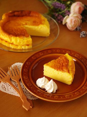 ホットケーキミックスを使って作るスフレチーズケーキは、材料も作る工程もとてもシンプルなので、お菓子作りが苦手な人でも、楽しく作れそう!ふわふわ&濃厚な味わいは、お子さまから大人まで喜ばれそう。