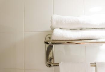 そんな時は、お湯で濡らしたタオルをしぼって首に巻きましょう。ポイントは、タオルが冷えたらすぐにしぼり直すこと。これで首周りの温かさをキープできます。
