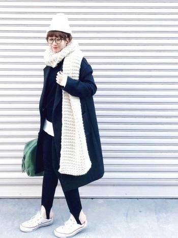 ざっくり編みのロングマフラーは、シンプルに巻くだけでも存在感バッチリ。モノトーンのコーディネートがほっこりした雰囲気になりますね☆