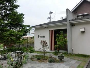 一部人気商品は通信販売も行っている、須磨区人気のパン屋さん「ファンベック」。三角屋根のかわいい建物と、四季折々の表情を感じるお庭が出迎えてくれます。