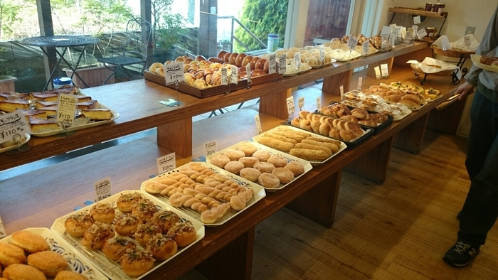 食パンやバスケットなど毎日食べたい食事向けのパンから、クロワッサンにクリームチーズデニッシュ、パン・オ・ショコラ、メロンパンなどなど…。とにかく陳列台にはパンがぎっしり、種類がたくさん♪ワクワクしながら選ぶのが楽しいです。「お客さんが毎日食べられるように」というお店の思いから、お値段も安心価格に設定されています。