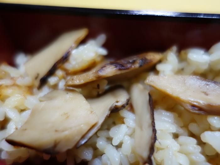 【国産天然松茸や筍、鱧や鮎等など、高級料亭でも使われる高級食材をリーズナブルに味わえるのは、「錦」ならではの醍醐味。(画像は、「京野菜かね松老舗」の『松茸ご飯』。高級松茸がたっぷり入ったお値打ちのお弁当です。)】