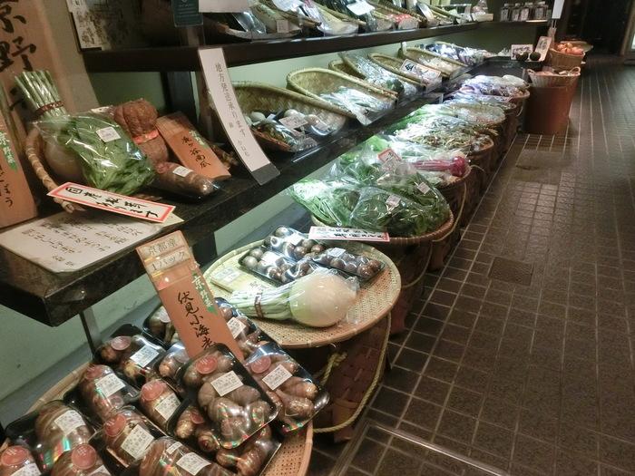【「錦」の青果店では、壬生菜や鹿ヶ谷かぼちゃ、海老芋や慈姑(くわい)、京人参や丹波栗等など、京都の伝統野菜を幅広く扱っています。(画像は「京野菜 かね松老舗」)】
