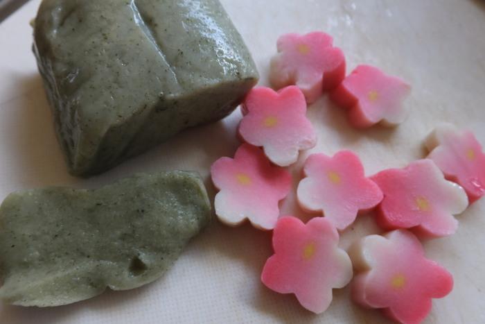 【豆腐やがんもどき、湯葉などを商う「近喜商店」の生麩『よもぎ麩』と『花麩』。】