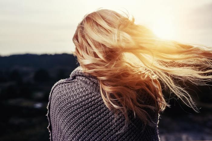 日照時間が減ると、日光に当たる時間が少なくなりますね。  日光に当たる時間が少なくなると、体内時計が狂ってしまったり、気分が落ち込みやすくなるのだそうです。  なるべく体内時計や気分の落ち込みを防ぐため、朝起きたタイミングで窓を開けて日光をたくさん浴びて起きましょう!  外に出なくても良いので、カーテン越しに日光を浴びて体内時計を整えてあげましょうね。