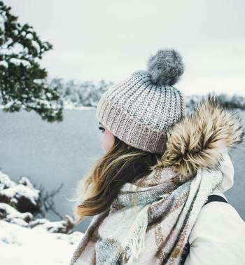 特に寒い日はお部屋内と外の寒暖差が特に大きくなりますよね。  内と外の寒暖差が大きいほど、体はストレスを感じてしまいます。  夏場のエアコンで夏バテを感じる方もいらっしゃるのと同じように、冬場も気温差・寒暖差で大きな負担が体にかかってきます。  なるべく、外出時にはマフラーやニットキャップをするなど、体が寒さを感じにくいようなコーデを考えてみてくださいね。