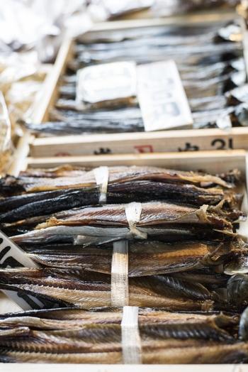 【乾物の棒鱈や身欠きにしんを、水で戻したり、煮付けたりするのは、手間がかかり、調理も味付けも少々年季がいります。美味しいものを味わいたいのなら、本場の「錦」で煮上げたものを購入するのが一番。(画像は「身欠きにしん」】】