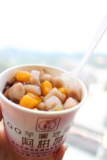 台湾北部の港町・九份(キュウフン)名物として知られる芋圓(ユーイェン)。タロイモ、サツマイモ、そして緑豆の3色のお餅が入った、台湾の伝統的なスイーツです。