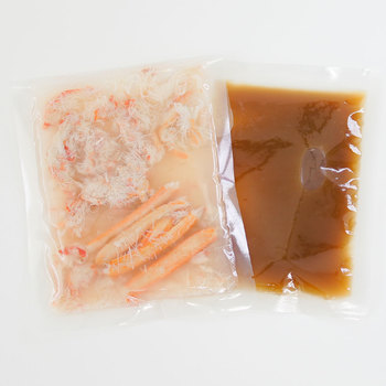 2合炊きで、新潟県糸魚川市の能生町産の蟹身が5本と、ほぐし身がたっぷりと入った「だし屋の炊き込みご飯の素 かにめし」。