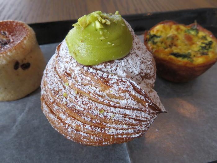 グリーンのクリームがのった定番のピスタチオのクロフィン。ピスタチオの豊かな風味と香りを楽しめます。