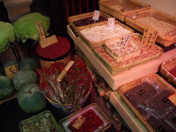 【丹波大納言小豆や花豆、黒豆など、丹波産の豆類を種類豊富に扱う「京丹波」の店内。】