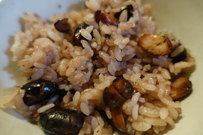 """【「黒豆茶庵・北尾 錦店」では、""""丹波産の黒豆""""づくしの料理や甘味が頂けます。画像は、黒豆を使った様々な料理が付く人気ランチセット『黒豆御前』の「黒豆ご飯」。黒豆の風味が堪らない美味しさと評判です。煎った黒豆を使えば、美味しい黒豆ご飯を家庭でも作れます。】"""
