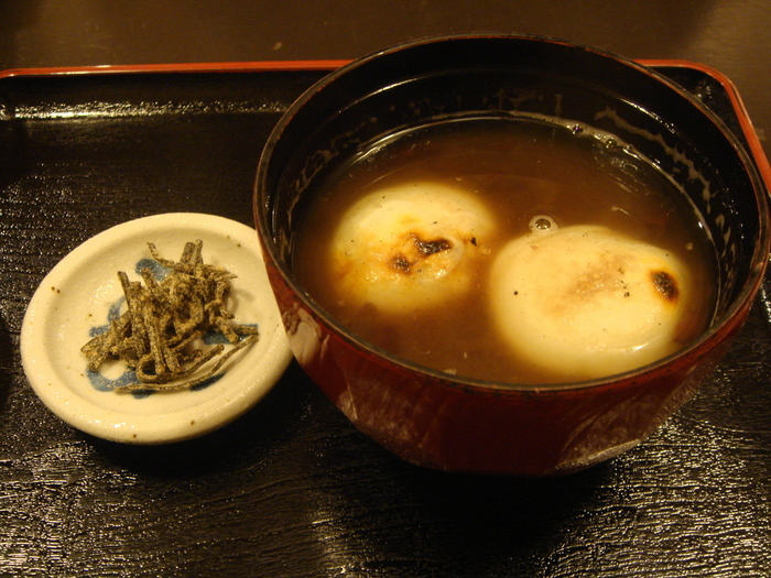 """東西の違いは、""""小豆餡""""と""""小豆""""の違いです。  関東では、小豆餡を水で溶いて作り、関西では、小豆からコトコトと炊き上げて作ります。京都で""""ぜんざい""""を注文すれば一目瞭然ですが、関西の""""ぜんざい""""は、小豆の粒つぶがしっかりと残っています。  豆本来の奥行きのある滋味豊かな味わいを楽しむのなら、特に高級小豆を用いるのなら、関東の汁粉よりは、関西のぜんざいがお勧めです。【「錦 もちつき屋」の丹波大納言小豆を使った『ぜんざい』。餅屋ならではの搗きたての焼き餅入り。】"""