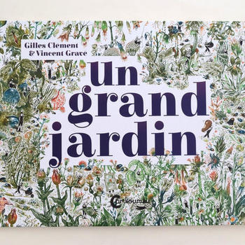 """タイトル""""Un Grand Jardin""""はフランス語で「大きな庭」のこと。 景観デザイナーである著者のジル・クレマンは、小説家でもあり、生態学者・植物学者などとしても活躍した多才な人物です。活動範囲もパリ、南アフリカ、インドネシアなど世界中の公園を仕事場に、設計はもちろん、現場で庭師としても情熱を注ぎました。そんな彼が手がけたエネルギッシュな庭の美しさには圧倒されます。 本作でイラストを手がけたのはVincent Gravé。繊細なタッチで描き込まれた風物は、その地に足を運んでゆっくり歩きながら鑑賞しているような臨場感を演出してくれます。"""