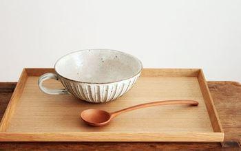 粉引細削ぎを施した、美濃焼のスープカップ。少し浅めのフォルムなので、片手で取ってを持ち、もう片方の手を添えながら、たっぷりスープを飲みたくなりますね。