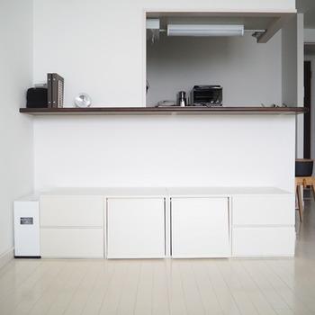 引っ越ししても合わせやすいよう、白色にペインティングされたそうです。白壁に馴染んで圧迫感もなく、すっきりしていますね。何段かスタッキングしてもお部屋を広々見せてくれるでしょう。