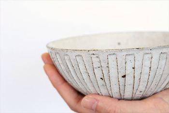 粉引細削ぎの模様を指でなぞりたくなる、陶器ならではの触り心地の良さも特徴。素地の赤っぽい土が見えるのも美しく、ずっと使い続けたいと思わせる親しみやすさを感じます。
