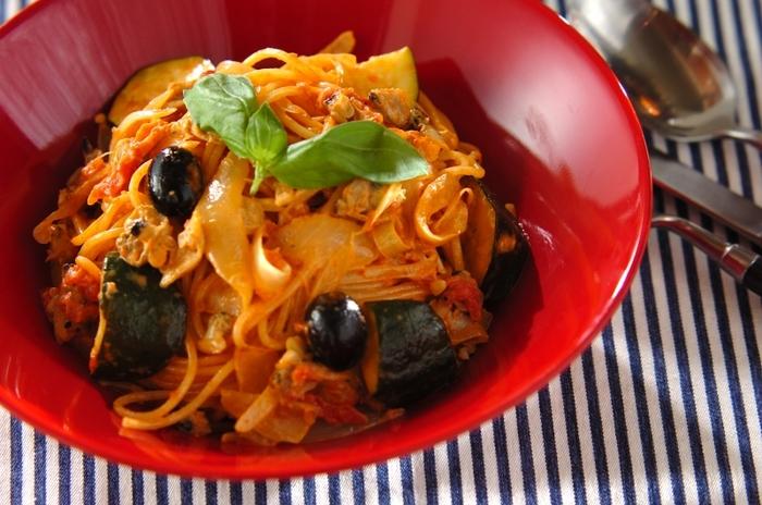 本格イタリアンの味わいのトマトクリームパスタですが、あさり缶とトマト缶を使えば、短い時間で簡単にできます。ソースが煮詰まってから、あさりと生クリームを加えます。ブラックオリーブもおしゃれなアクセントになりますね。