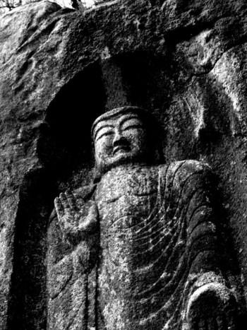 和束川北岸にある巨大な花崗岩に彫られた、弥勒磨崖仏は鎌倉時代後期、1300年に造られました。茶源郷に豊かな水のめぐみをもたらす和束川を静かに見下ろす弥勒磨崖仏の表情は穏やかで、訪れる人々を癒してくれる不思議な魅力を持っています。