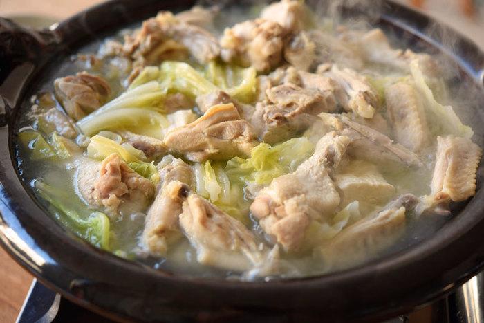 白菜の甘味が存分に味わえるシンプルだけど贅沢なお鍋のレシピ。時間をかけてとったお出汁は、最初はお塩を入れてその旨味を楽しんでくださいね。一度食べると、その上品な味わいが忘れられなくなります。